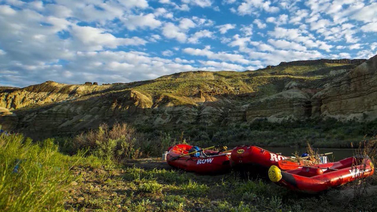 row rafts along the owyhee river