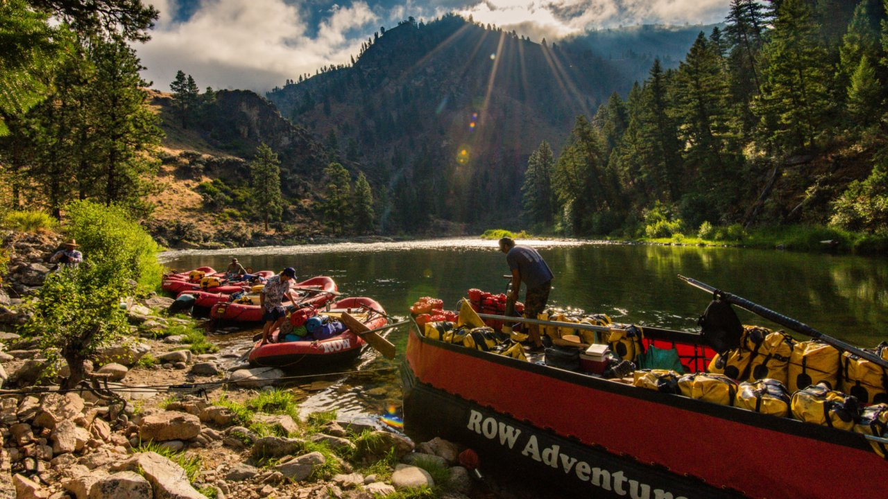 rafts lined up along the bank of the salmon river