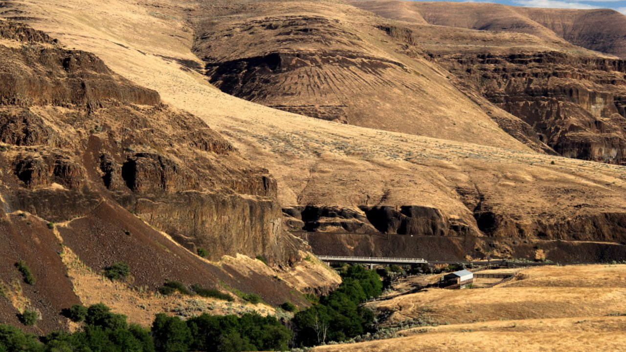 rolling hills along the deschutes river in Oregon