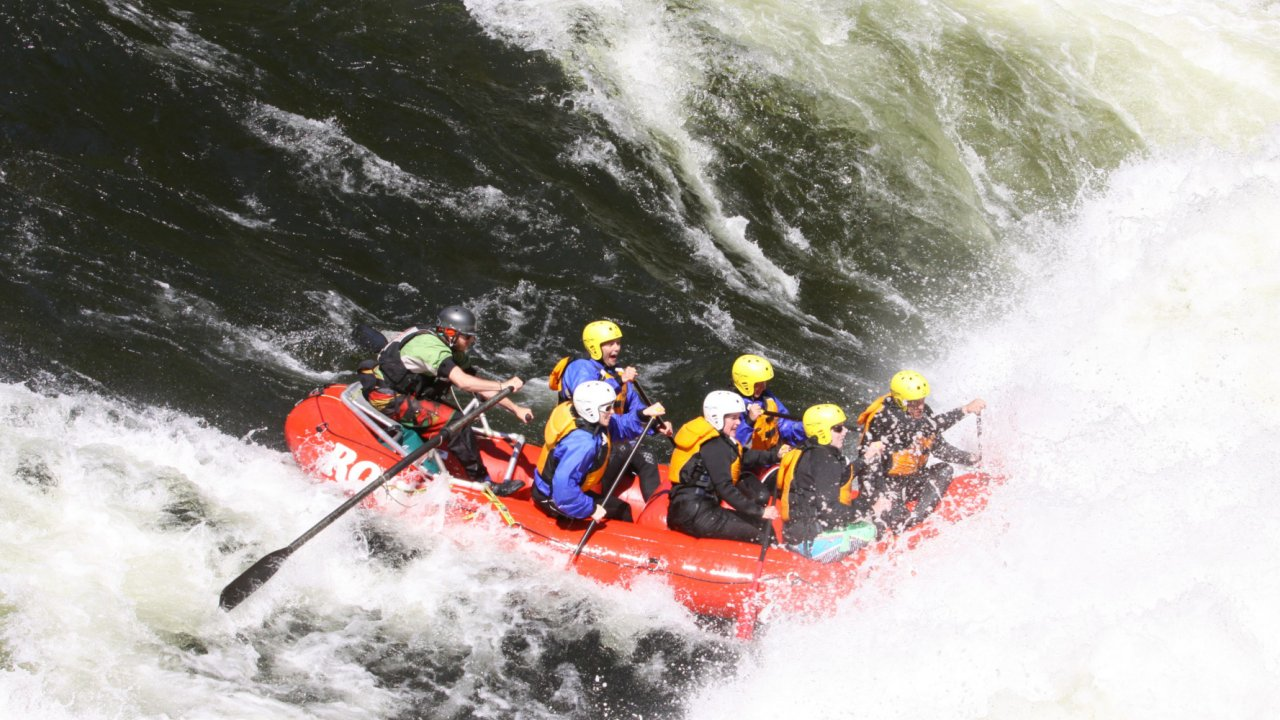 raft going through a rapid on the lochsa river