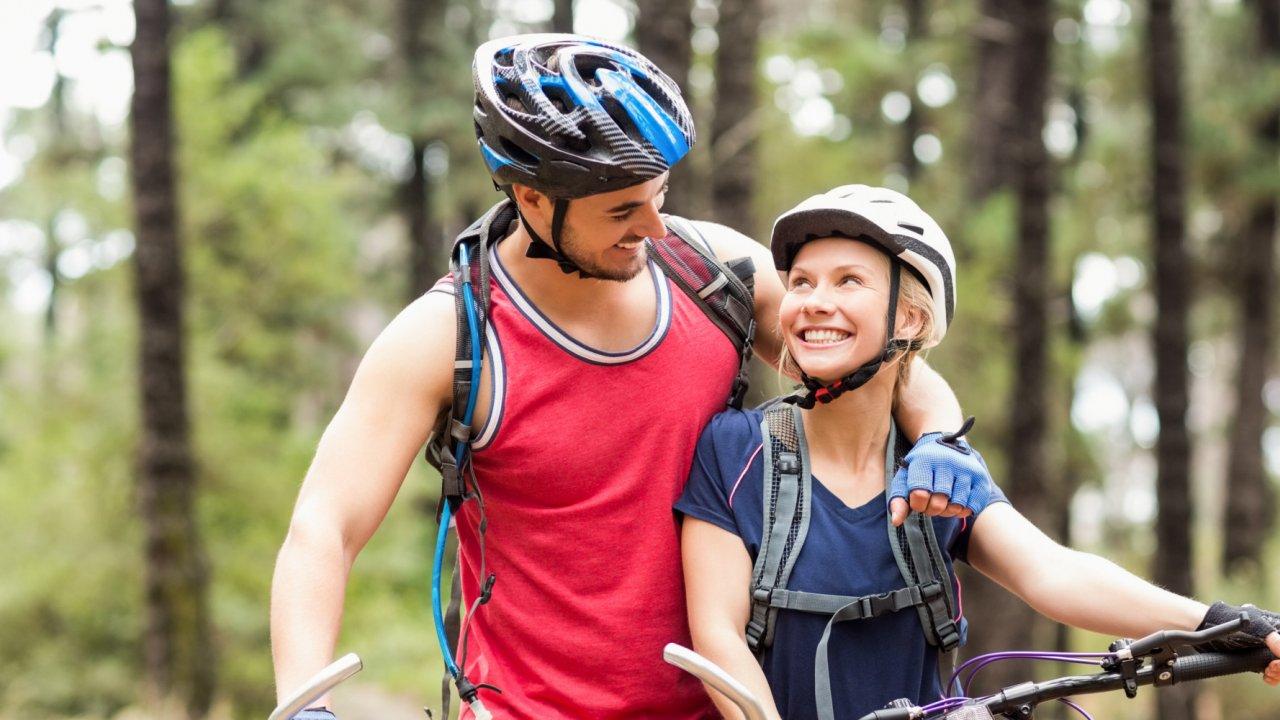 couple on bike tour in idaho